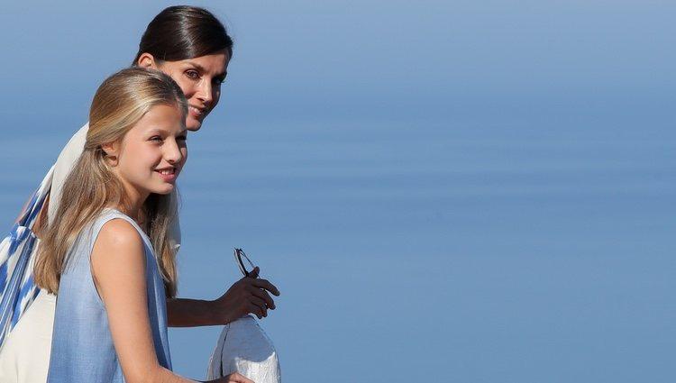 La Reina Letizia y la Princesa Leonor contemplando la costa de Mallorca