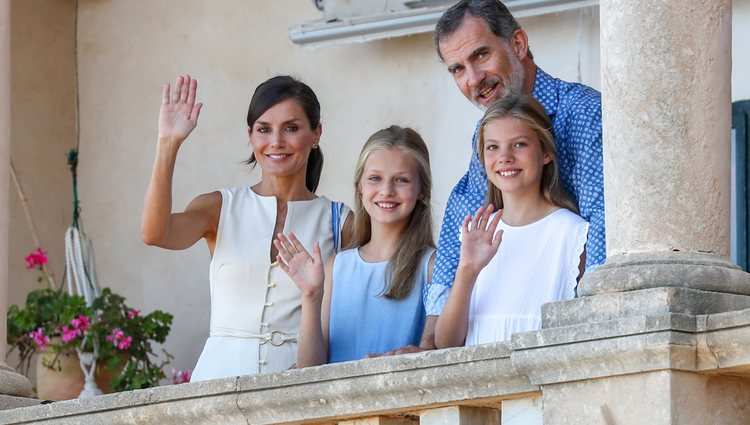 Los Reyes Felipe y Letizia, la Princesa Leonor y la Infanta Sofía saludando desde el Museo Marroig