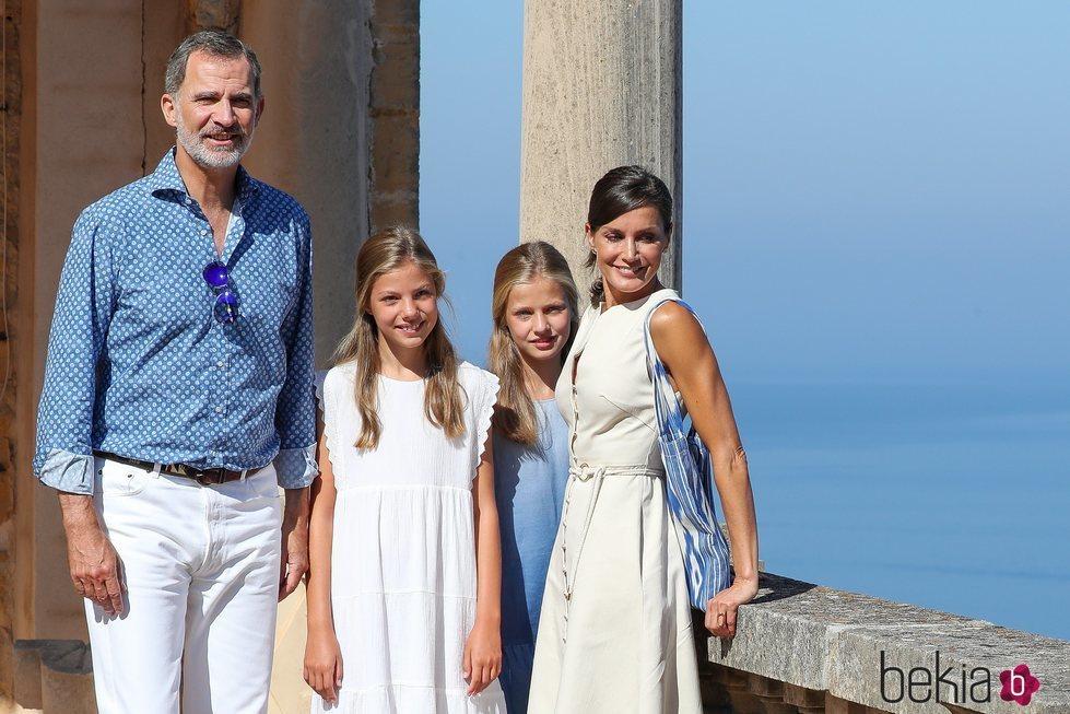 El Rey Felipe, la Reina Letizia, la Princesa Leonor y la Infanta Sofía al lado de u precioso mirador de Mallorca