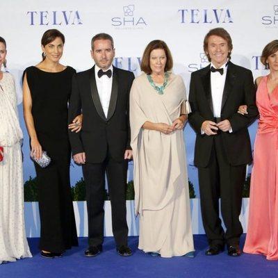 Raphael y Natalia Figueroa junto a sus hijos y las parejas de estos en la gala de los Premios Telva a las Artes, las Ciencias y el Deporte en 2013