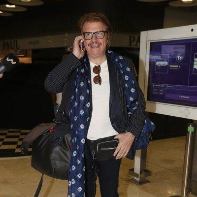 Bigote Arrocet hablando por teléfono en el aeropuerto tras volver de Chile