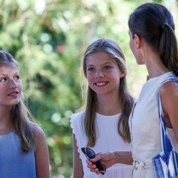 La Reina Letizia charlando con sus hijas la Infanta Sofía y la Princesa Leonor en el museo Son Marroig de Mallorca