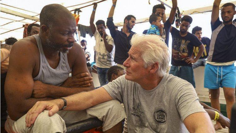 Richard Gere hablando con los tripulantes del buque 'Open Arms'