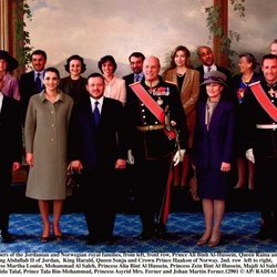 La Familia Real de Jordania posa junto a parte de la Familia Real de Noruega  en el año 2000