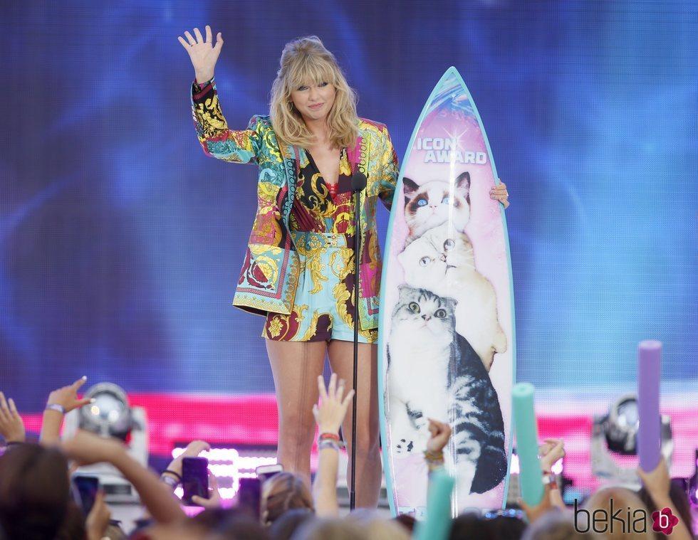 Taylor Swift agradeciendo su galardón de los Teen Choice Awards 2019