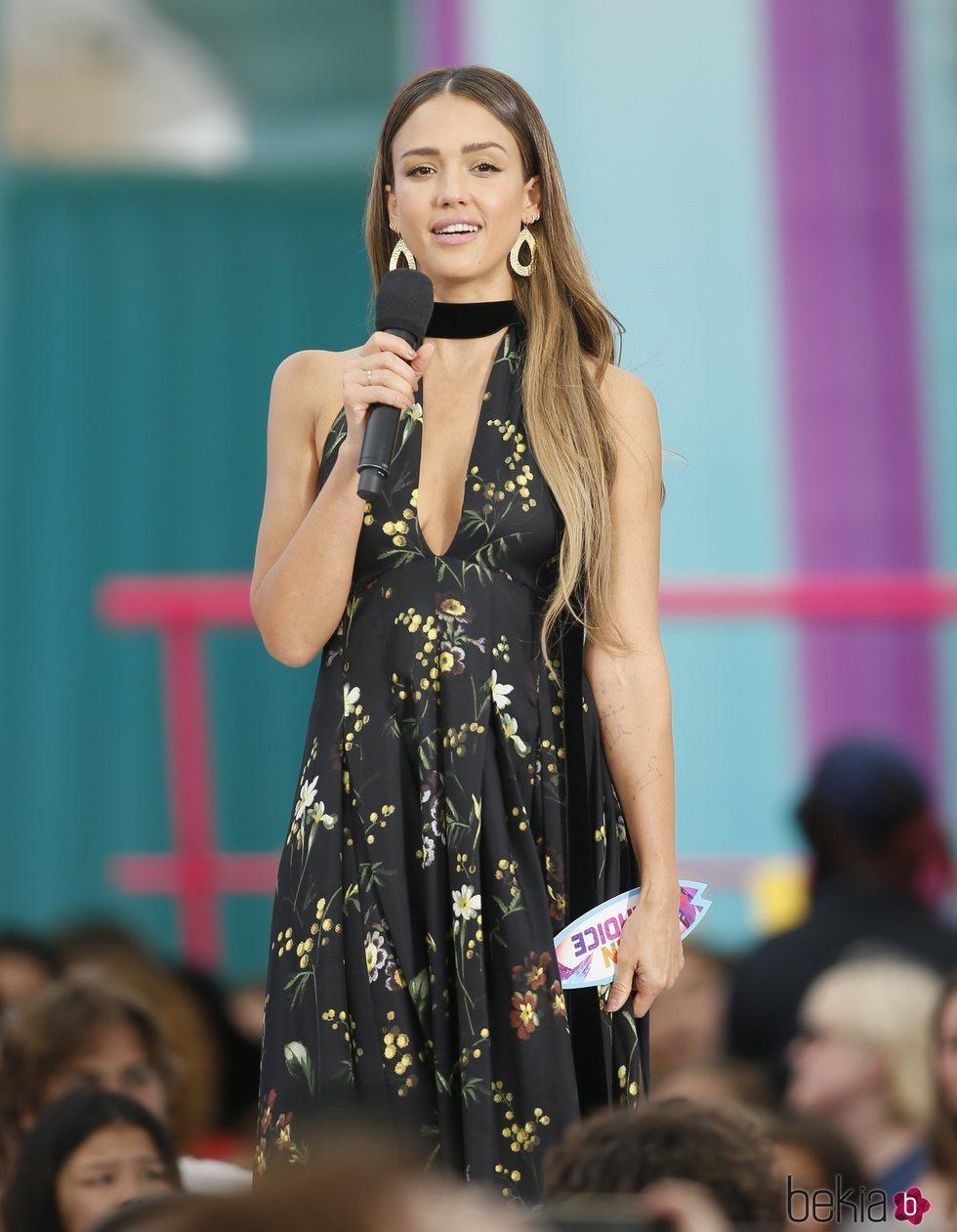 Jessica Alba presentando los Teen Choice Awards 2019