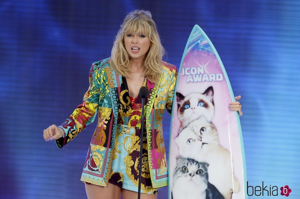 Taylor Swift recogiendo su galardón de los Teen Choice Awards 2019