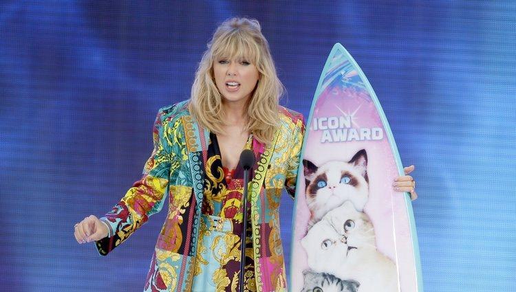 Taylor Swift recogiendo su galardón de los Teen Choice Awards 2019
