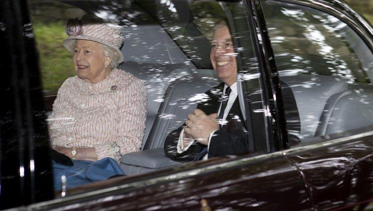 La Reina Isabel y el Duque de York acudiendo en coche a la Iglesia