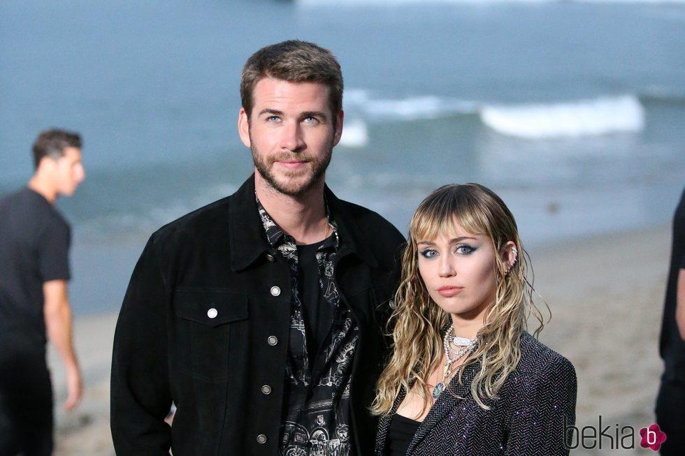 Miley Cyrus y Liam Hemsworth en un desfile en Malibú