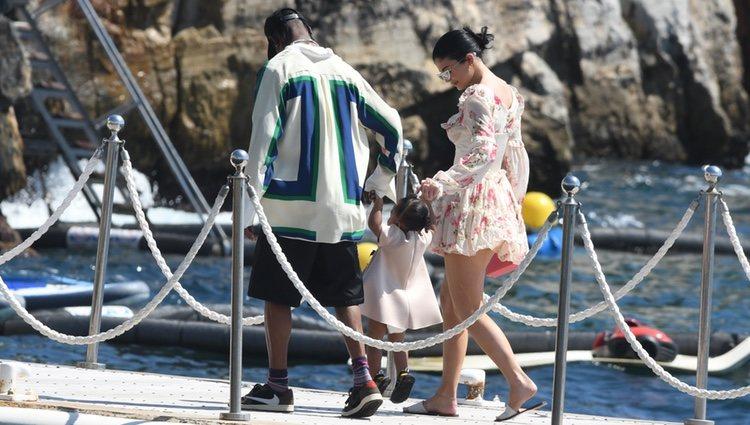 Kylie Jenner y Travis Scott saliendo a dar un paseo junto a su hija Stormi por Antibes, Francia