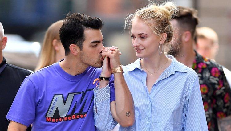 Joe Jonas besando la mano de su mujer, Sophie Turner, por las calles de Nueva York
