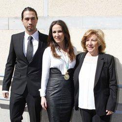 Malú junto a su hermano y su madre el día que recibió la Medalla de Andalucía en 2015