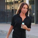 María Patiño cargando con su maleta saliendo de Telecinco