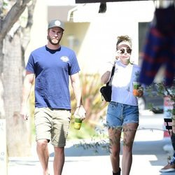 Liam Hemsworth y Miley Cyrus paseando