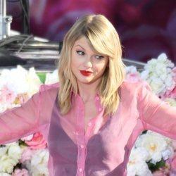 Taylor Swift haciendo un gesto gracioso en un concierto en Nueva York