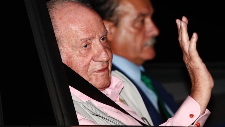 El Rey Juan Carlos saluda a la prensa al entrar al hospital para operarse del corazón