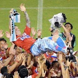 Fernando Torres siendo manteado antes de su último partido