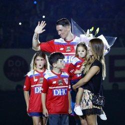 Fernando Torres con sus tres hijos y su mujer, Olalla Domínguez, en su último partido