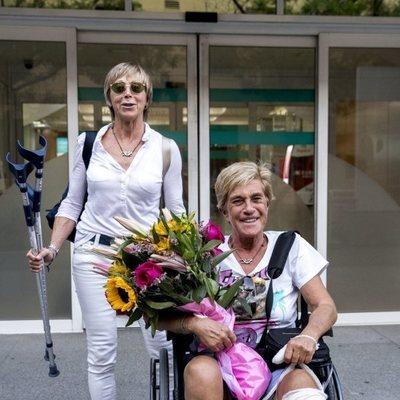 Chelo García Cortés saliendo del hospital con su mujer Marta