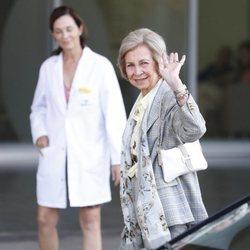 La Reina Sofía yendo a visitar al Rey Juan Carlos tras su operación de corazón