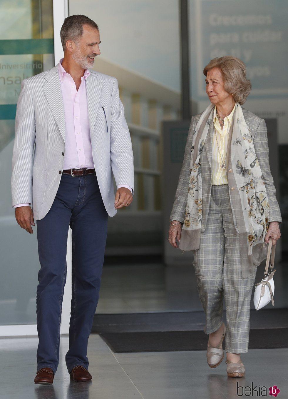 El Rey Felipe VI y la Reina Sofía salen del hospital para hablar del Rey Juan Carlos