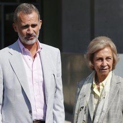 El Rey Felipe VI y la Reina Sofía atienden a la prensa para informar del estado del Rey Juan Carlos