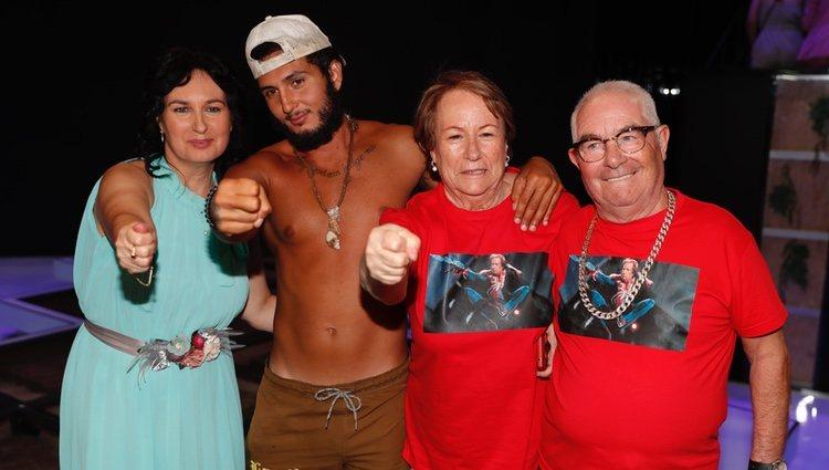 Omar Montes con su madre y sus abuelos en la final de 'Supervivientes 2019'