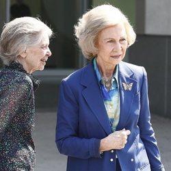 La Reina Sofía y su hermana, Irene de Grecia, llegan a visitar al Rey Juan Carlos