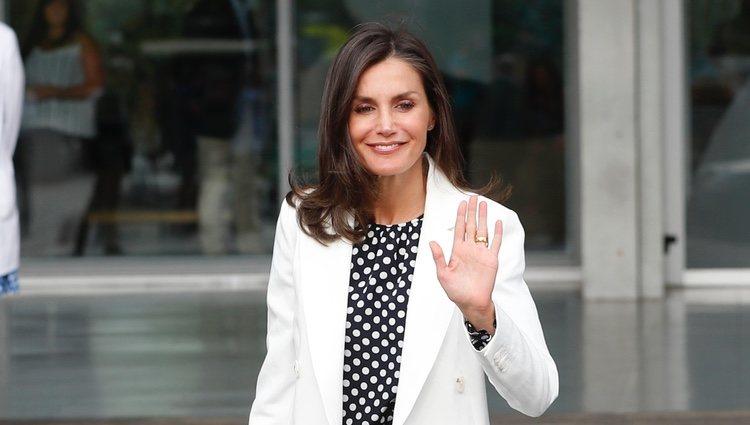 La Reina Letizia, a las puertas del hospital para visitar al Rey Juan Carlos