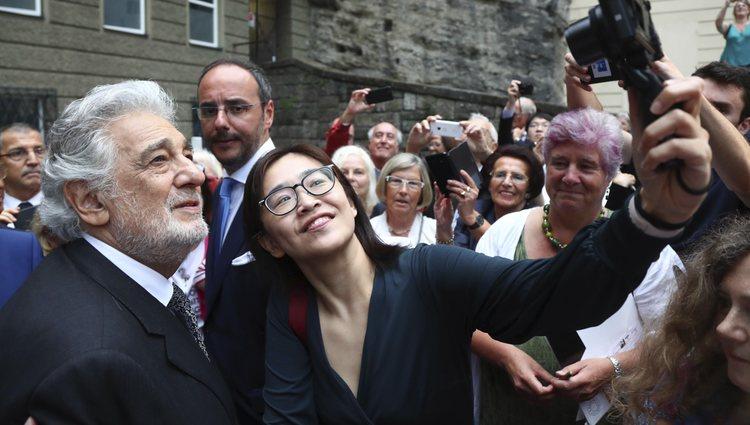 Plácido Domingo haciéndose una foto con una seguidora en el festival de Salzburgo