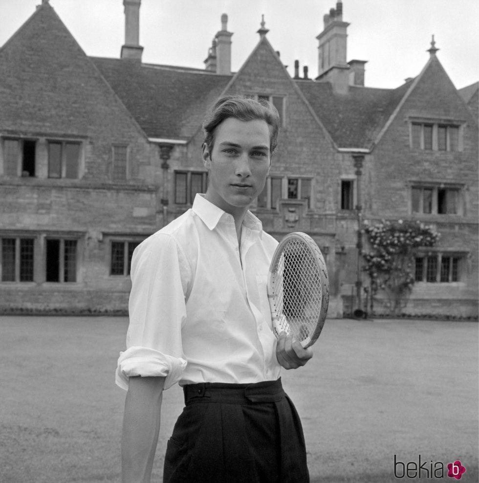El Príncipe Guillermo de Gloucester en los jardines de su casa de Peterborough