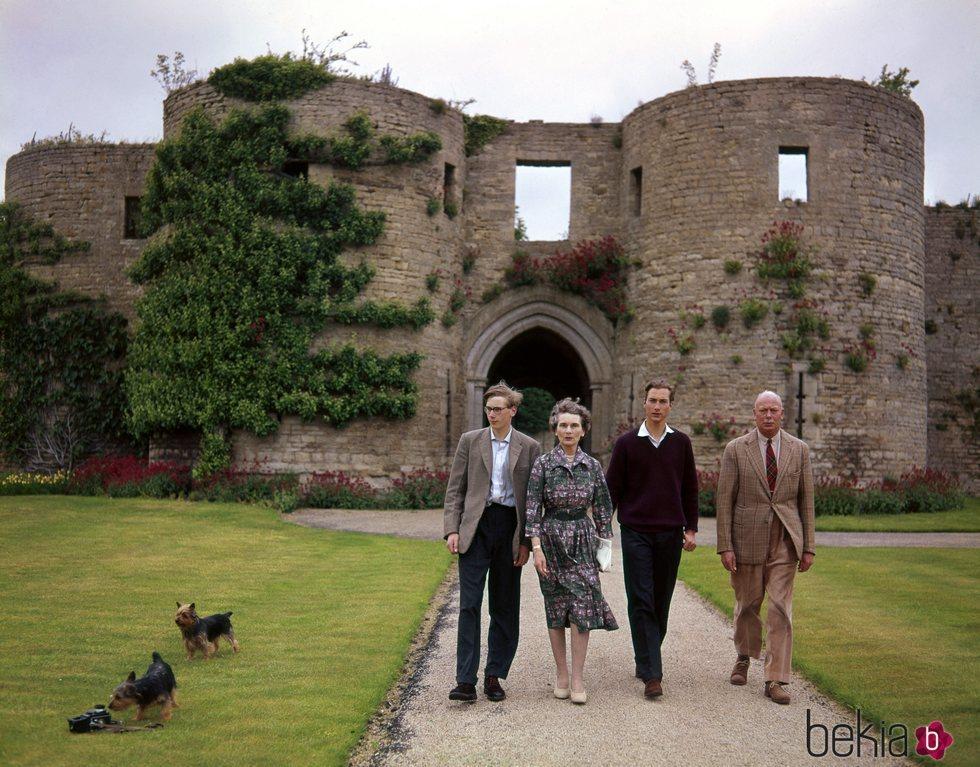 El Príncipe Enrique y la Princesa Alicia con sus hijos Guillermo y Ricardo de Gloucester