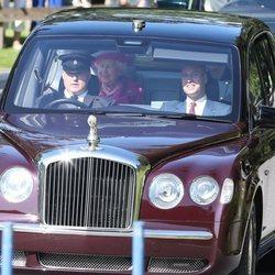 Los Duques de Cambridge y la Reina Isabel acudiendo a la misa de Balmoral
