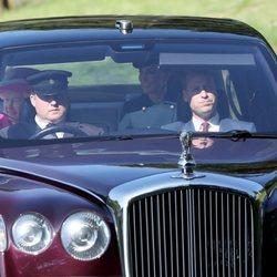 Kate Middleton y el Príncipe Guillermo llegando a Balmoral junto a la Reina Isabel