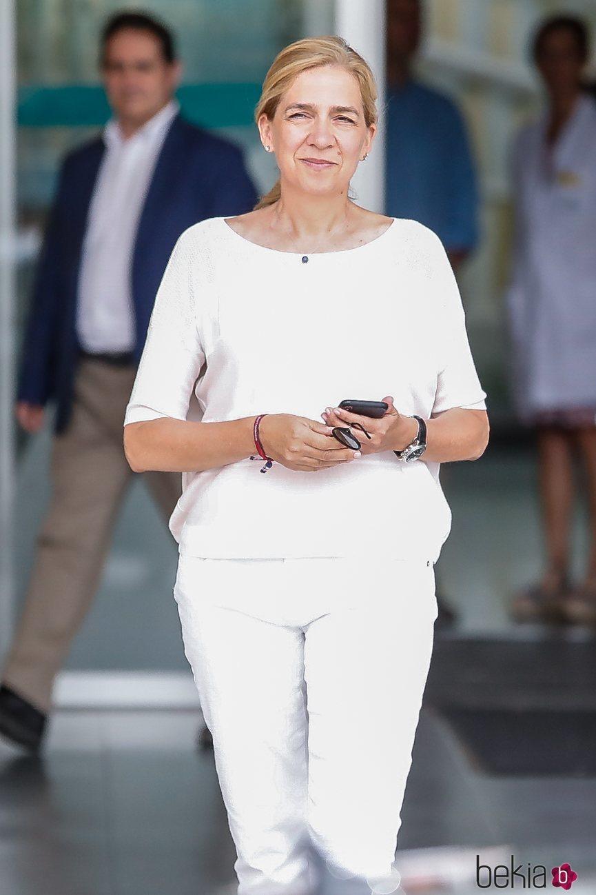 La Infanta Cristina visita al Rey Juan Carlos en el hospital tras su operación de corazón