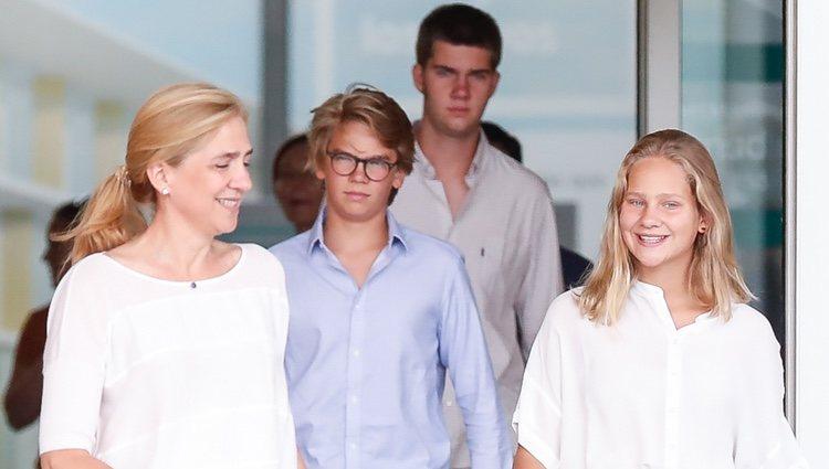 La Infanta Cristina e Irene Urdangarin, muy sonrientes frente a la seriedad de Juan y Miguel Urdangarin tras visitar al Rey Juan Carlos en el hospital