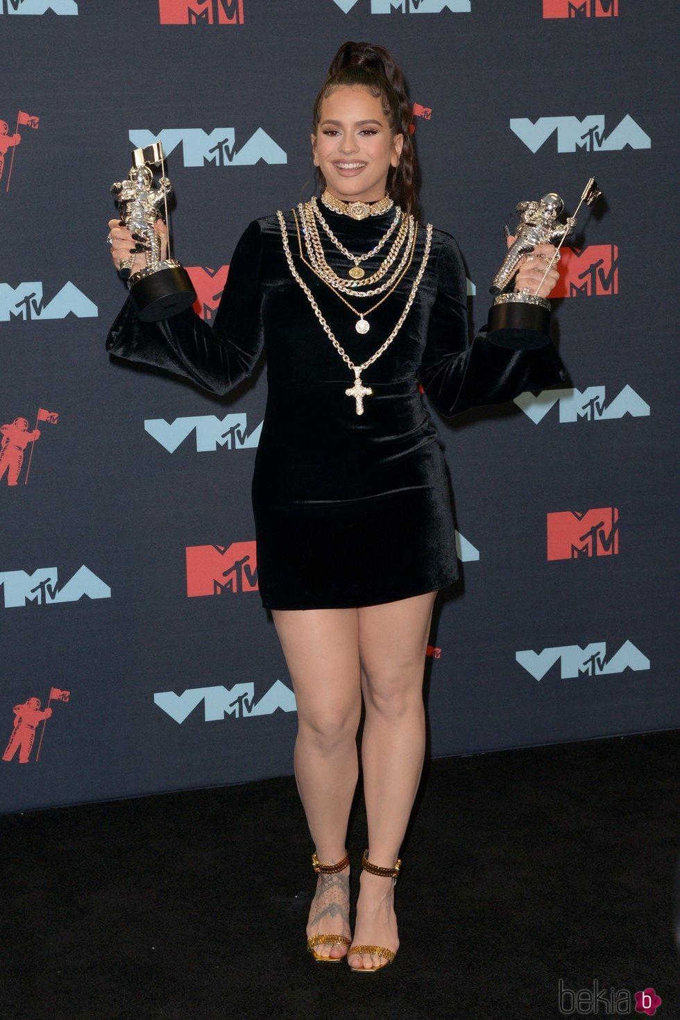 Rosalía posando con los dos galardones tras los MTV MVAs 2019