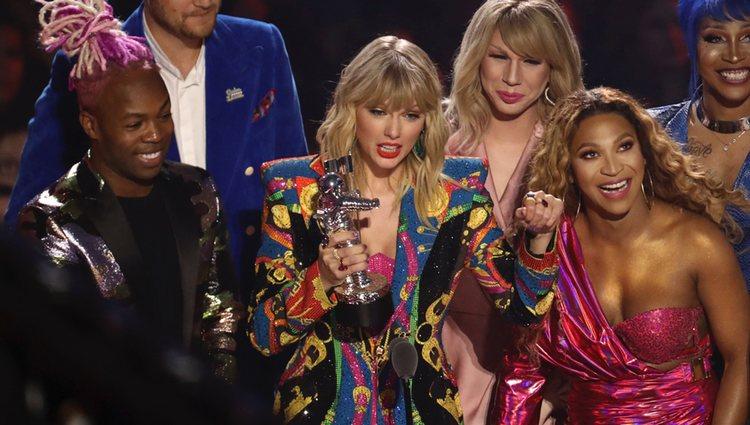 Taylor Swfit recogiendo el premio a 'Mejor vídeo' en los MTV VMAs 2019
