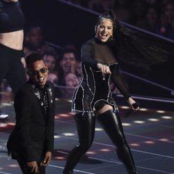 Rosalía actuando con Ozuna en los MTV VMAs 2019