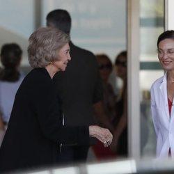 La Reina Sofía, muy sonriente en su visita al Rey Juan Carlos en el hospital