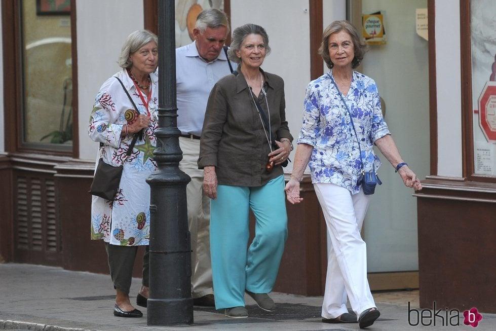 La Reina Sofía paseando por Mallorca con la Princesa Irene, Tatiana Radziwill y su marido