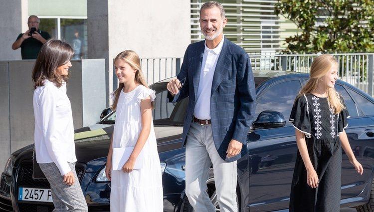 Los Reyes Felipe y Letizia con Leonor y Sofía en el hospital para ver al Rey Juan Carlos