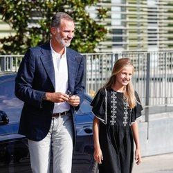 El Rey Felipe y la Princesa Leonor llegando al hospital a ver al Rey Juan Carlos