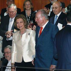 Tatiana Radziwill y su marido junto a los Reyes Juan Carlos y Sofía