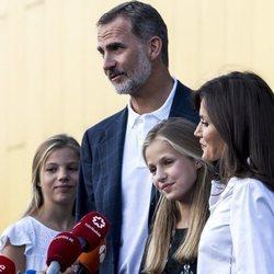 Los Reyes Felipe y Letizia y sus hijas cuentan cómo está el Rey Juan Carlos tras su operación de corazón