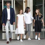 Los Reyes Felipe y Letizia, la Princesa Leonor y la Infanta Sofía tras visitar al Rey Juan Carlos en el hospital