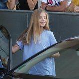 La Infanta Sofía saliendo del asiento del copiloto en su visita al Rey Juan Carlos en el hospital