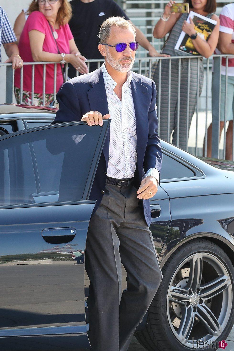 El Rey Felipe con gafas de sol a su llegada al hospital para visitar al Rey Juan Carlos