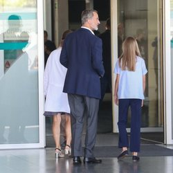 El Rey Felipe y la Infanta Sofía durante su visita hospitalaria al Rey Juan Carlos